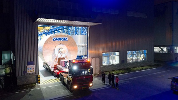 Leaving the ANDRITZ Foshan workshop – the giant steel Yankee on its way to the customer.