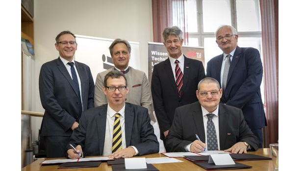 TU Graz und Mondi begründen strategische Partnerschaft (v.l.n.r.): Leo Arpa, Head of R&D Paper der Mondi Group, Christian Skilich, Chief Operations Officer Paper Cluster, Packaging Paper, Mondi Group, Harald Kainz, Rektor der TU Graz, Frank Uhlig, Dekan der Fakultät für Chemie, Verfahrenstechnik und Biotechnologie und sitzend (v.l.n.r.) Ulrich Hirn, Inhaber der Stiftungsprofessur für Pulping and Paper Technology und Erich Leitner, Inhaber der Professur für Food Contact Materials.