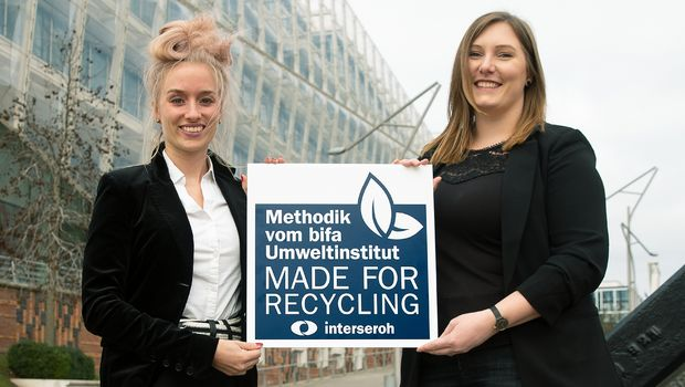 "(V.l.n.r.) Elena Pack, Packaging Recyclability Consultant Made for Recycling, Interseroh Dienstleistungs GmbH, und Nicole Osse, Brand Development Cremissimo, Unilever Deutschland GmbH, mit dem Interseroh-Siegel ""Made for Recycling""."